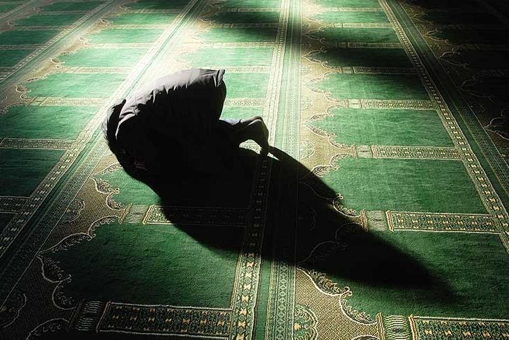 Hombre musulmán haciendo el Salat