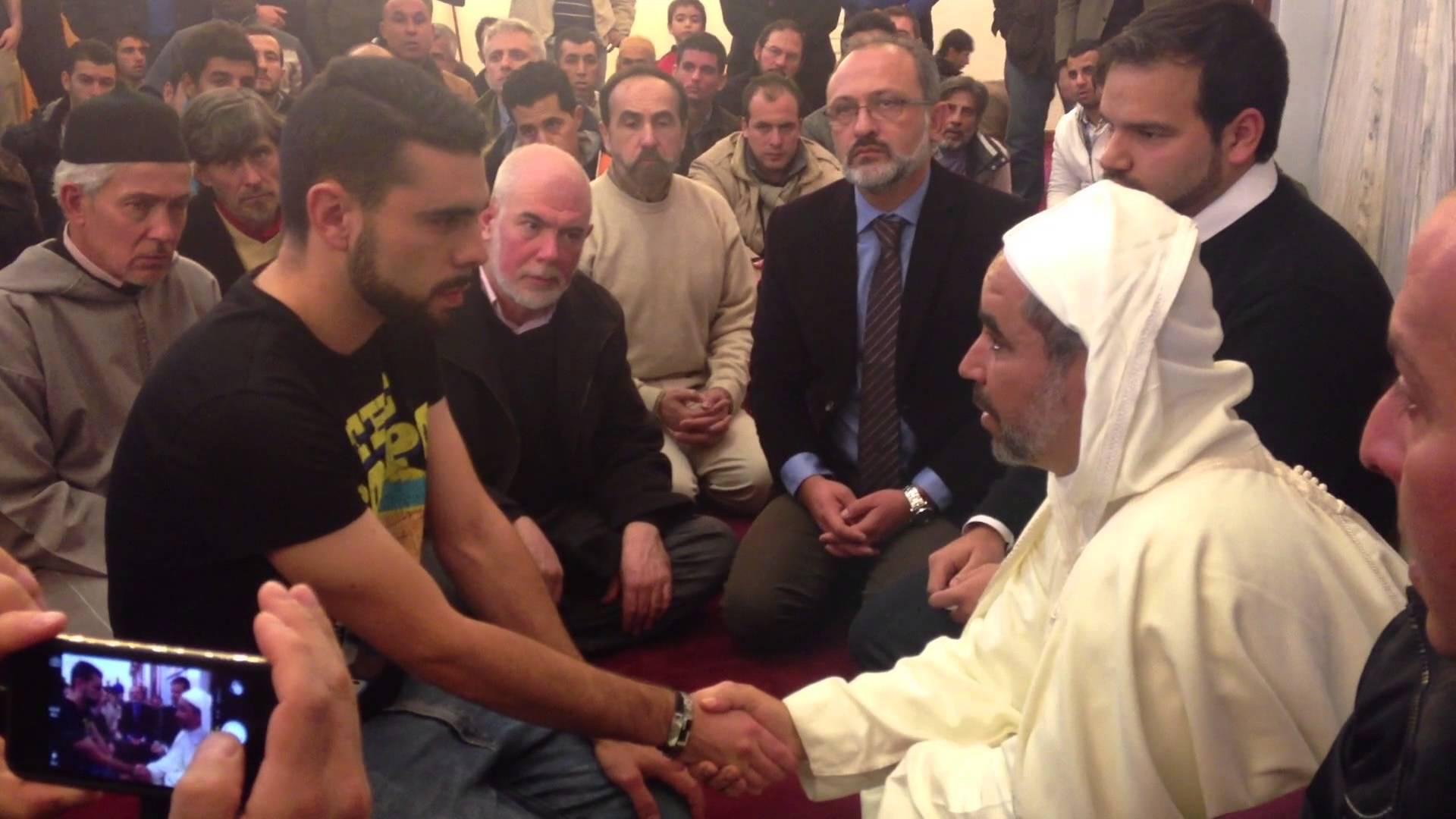Una persona toma la shahada y entra en el Islam en la Mezquita Mayor de Granada