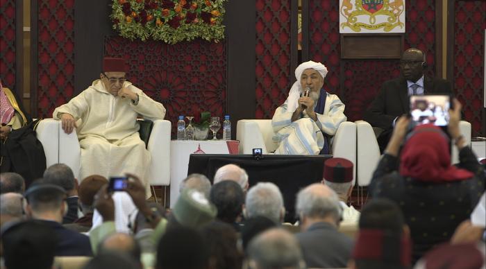 Sheij Abdallah Bin Bayyah dirigíendose a los presentes en la Declaración de Marrakech