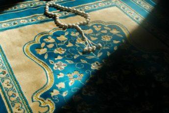 El significado de la adoración es amor y sumisión, cuando se unen se alcanza el significado verdadero de la adoración a Allah. Cuando desaparece uno, pierde su significado.