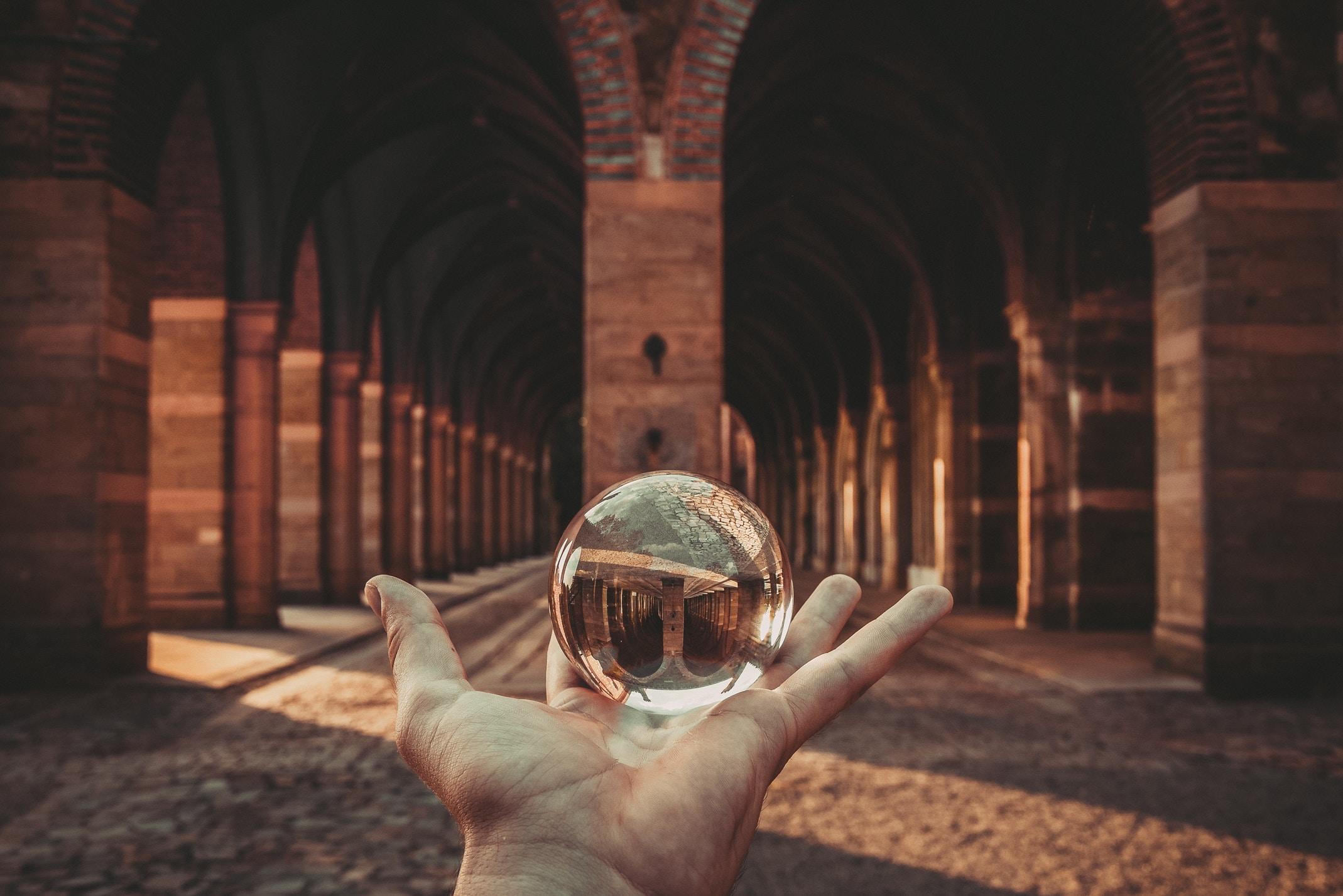 El hombre pasa una pequeña parte de su tiempo en este mundo, el lugar de las acciones, y el resto, en la Próxima Vida, el lugar de la recompensa.