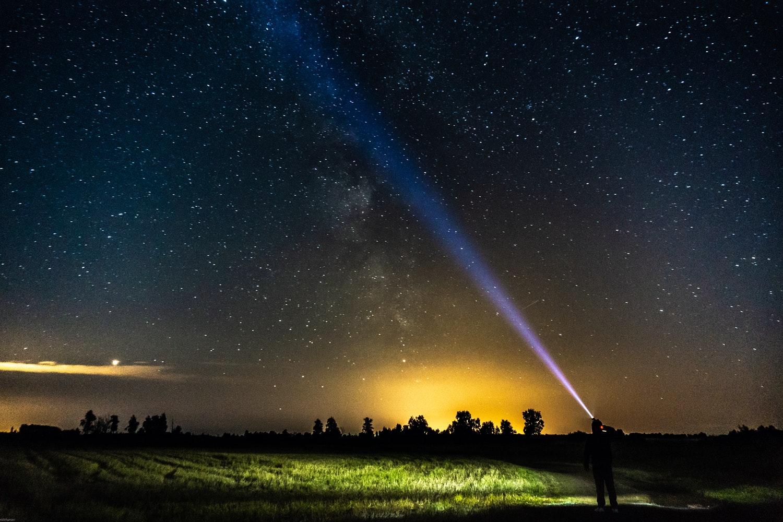 La luz del Mensajero, la paz sea con él, disipa la oscuridad de nuestras vidas y la confusión y trae claridad, misericordia y amor