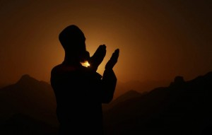 This video teaches you in a practical and detailed manner how to perform `Isha' Prayer.