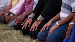 Praying on Time: Between Deep Faith & Fashionable Identity